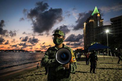 Miembros del ejército mexicano cierran las playas de Acapulco, el 29 de diciembre.