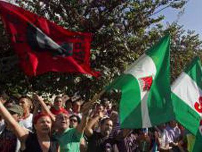 """Un millar de manifestantes convocados por el Sindicato Andaluz de Trabajadores (SAT) han intentado esta tarde, sin éxito, ocupar """"pacíficamente"""" el Parlamento autonómico para entregar una petición demandando una renta básica que se financiaría con la devolución de los fondos de los ERE fraudulentos."""