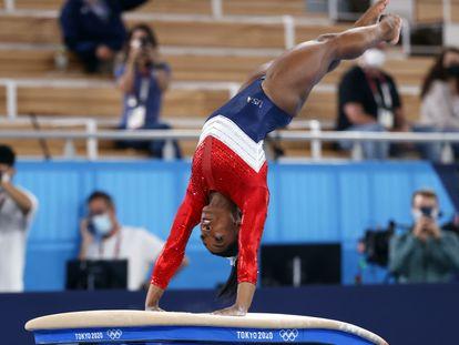 La gimnasta estadounidense Simone Biles durante la final de gimnasia artística en los Juegos de Tokio