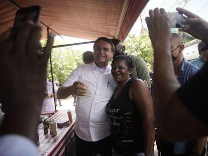 El presidente Bolsonaro posa con una simpatizante tras votar este domingo en Río de Janeiro.