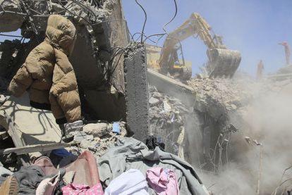 Los bomberos recogen los escombros del edificio atacado por la OTAN en Sorman en el que, según el régimen, murieron 15 civiles.