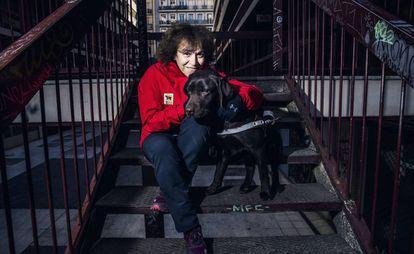 La instructora de perros guía, Cristina Ruiz, junto a 'Zac' el pasado 13 de febrero en el distrito de Moncloa-Aravaca, en Madrid.