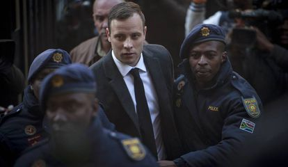 Oscar Pistorius llega rodeado de policías al Tribunal Superior de Pretoria.