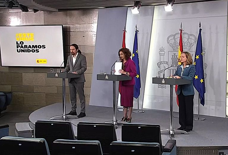 La vicepresidenta de Asuntos Económicos y Transformación Digital, Nadia Calviño (derecha), la portavoz del Gobierno y ministra de Hacienda, María Jesús Montero, y el vicepresidente segundo y ministro de Derechos Sociales y Agenda 2030, Pablo Iglesias, durante la rueda de prensa.