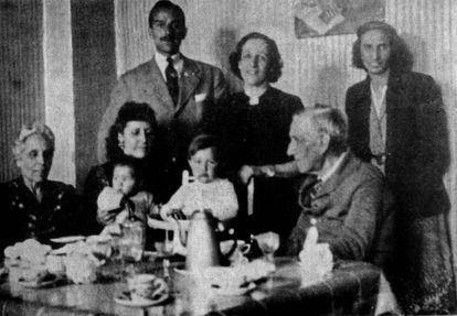 El matrimonio Fabra, las hijas Carola, Dolors y Teresa, Ferran Rahola y dos nietas.