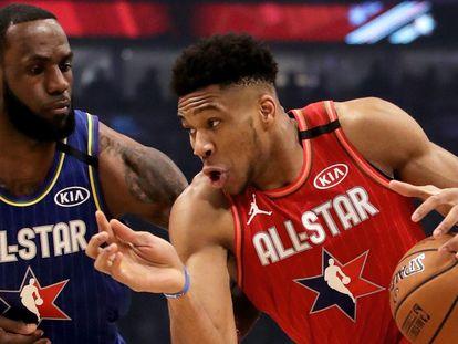 Giannis Antetokounmpo y LeBron James , en el All Star, en febrero de 2020.