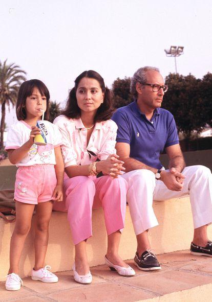 Isabel Preysler y Miguel Boyer con su hija Ana a principios de los años noventa.