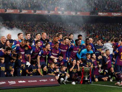 La plantilla del Barça, tras conquistar LaLiga.
