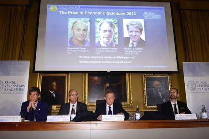 El comité del Nobel con las fotos de los tres premiados.