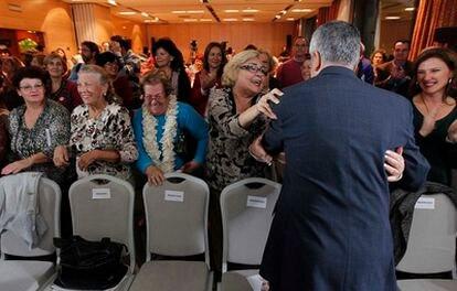 José Antonio Griñán saluda a un grupo de mujeres, ayer, en un acto de campaña electoral.