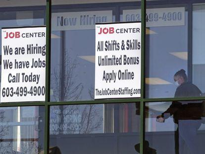 Una mujer pasa ante una oficina de empleo en Manchester (New Hampshire), en marzo pasado.