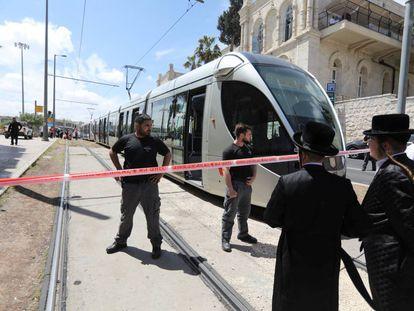 El tranvía donde ocurrió el ataque, junto a la Ciudad Vieja de Jerusalén.