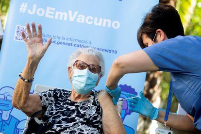 Josefa Pérez, primera persona vacunada en Cataluña contra la covid, recibe la tercera dosis en L'Hospitalet de Llobregat.