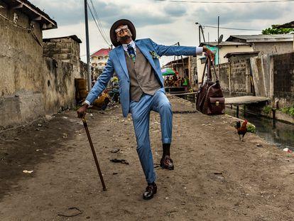 Elie Fontaine Nsassoni, propietario de un taxi de 45 años y 'sapeur' desde hace 35, en Brazzaville en 2017.