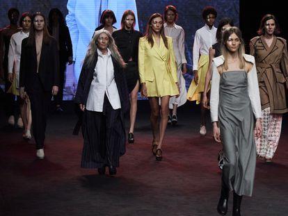 Cierre del desfile de Otrura, la marca ha ganado el  L'Oréal a la mejor colección de esta edición.