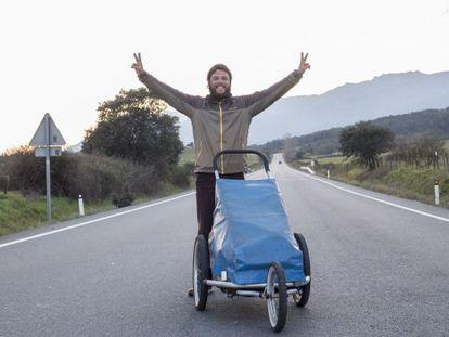 Nacho Dean, el miércoles 16 de marzo, en la carrera CL-501, entre Lanzahíta y Piedralaves (provincia de Ávila), junto a su carrito, Jimmy.