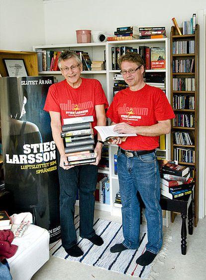 Erland y Joakim, el padre y el hermano del fallecido escritor Stieg Larsson, en el domicilio de Joakim en Umea (Suecia)