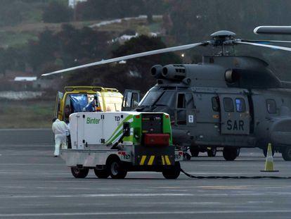 El helicóptero del Servicio Aéreo de Rescate que ha trasladado a los tres inmigrantes supervivientes de un cayuco localizado este lunes al suroeste de El Hierro.
