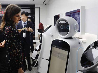 Los reyes de España, Felipe VI y Letizia, observan un robot durante su visita a un centro tecnológico de Seúl.