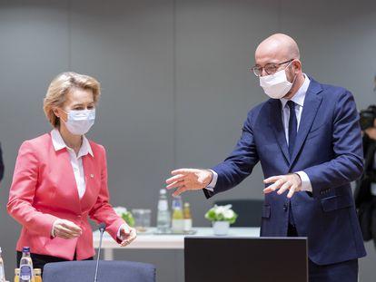 La presidenta de la Comisión Europea, Ursula von der Leyen, junto al presidente del Consejo Europeo, Charles Michel, en una reunión en julio, en Bruselas.