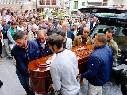 Llegada del féretro al funeral de David Carragal en Cudillero.