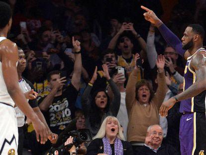 LeBron James celebra su plusmarca histórica.