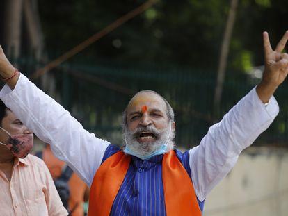 Jai Bhagwan Goyal, del BJP y acusado de la demolición en 1992 de la mezquita de Babri, celebra su absolución el 30 de septiembre de 2020 a las afueras del tribunal especial de Lucknow (India).