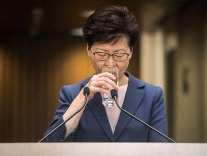 La jefa del Gobierno de la antigua colonia británica afronta un futuro incierto tras las masivas protestas contra el proyecto de ley que permitía extraditar sospechosos a China