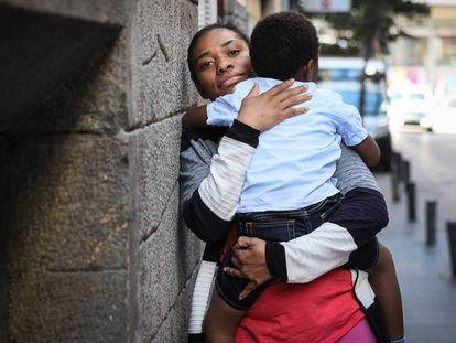 Milagrosa Fernández ha esperado ocho meses para conseguir una cita en Extranjería para su hijo.