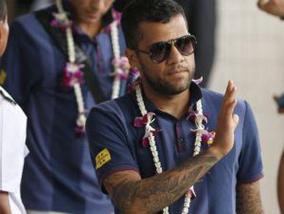 Dani Alves saluda a su llegada al aeropuerto Don Mueang de Bangkok