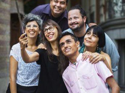 Arriba , Óscar Fernando Gómez (izquierda) y Andrés Asturias. Debajo, de izquierda a derecha, Cecilia Lutufyan, Mariela Sancari, Luis Enrique Pérez y Ana Casas, en el patio de Casa de América.Foto: Gorja Lejarcegi