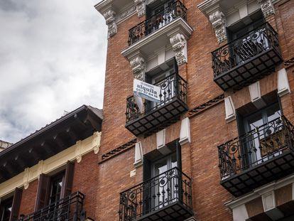 Un anuncio de alquiler en el barrio de La Latina (Madrid).