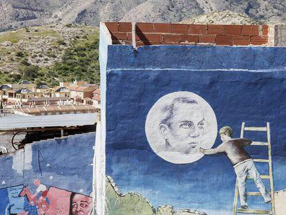 Reproducción del retrato que Buero Vallejo hizo a Miguel Hernández, en un mural en Orihuela (Alicante) en memoria del poeta. En vídeo, Hernández recita la 'Canción del esposo soldado'.