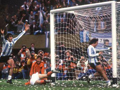 Kempes celebra el segundo gol de Argentina en la final contra Holanda.