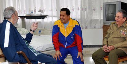 Los hermanos Castro visitan a Hugo Chávez en un hospital de La Habana, en una imagen facilitada por las autoridades cubanas el pasado día 17.