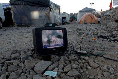 El rostro del minero Florencio Ávalos, visto en la pantalla de un televisor en el campamento de familiares.