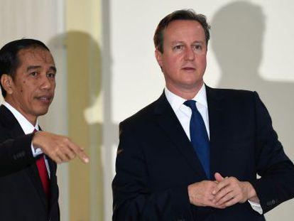 Cameron (derecha) con el presidente indonesio Joko Widodo.