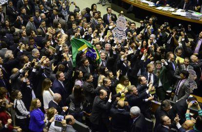 Diputados celebran la formación de la comisión que estudiará el 'impeachment'.