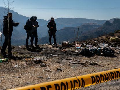 Elementos de la Policía de Zapopan realizan el trabajo de peritaje de un cuerpo encontrado en la orilla de la carretera Juchipila-Guadalajara, el pasado 17 de febrero.