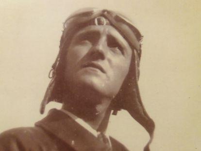 El piloto Vicente Pinar en traje de vuelo.