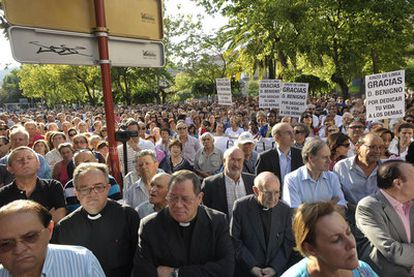 Asistentes a la concentración en Ourense que reclama que el cura Benigno Moure no ingrese en prisión.