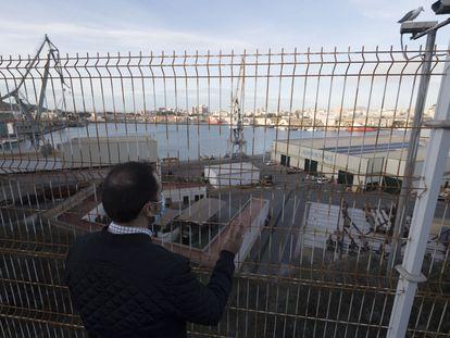 Alberto, ingeniero despedido por Navantia despues de ganar dos juicios laborales, ante las instalaciones de la empresa en Cartagena.