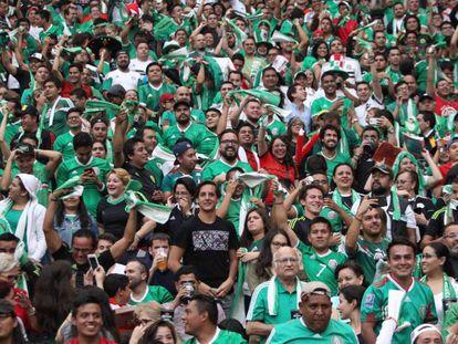 La afición mexicana durante un partido en el estadio Azteca.