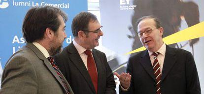 El director general del Fondo de Reestructuración Ordenada Bancaria (FROB), Antonio Carrascosa, a la derecha, conversa con los miembros de Deusto Business Alumni, Agustín Garmendia (centro), y Arturo Derteano.