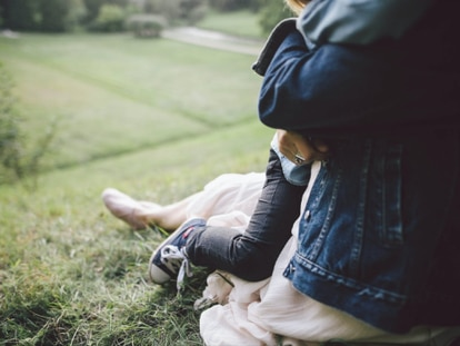 Una madre abraza a su hijo.