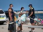 Barcelona, 18/07/2020 Cuatro millones de catalanes llamados a quedarse en casa. En la imagen, la Guardia Urbana cierra los accesos a la playa esta tarde.Foto: Gianluca Battista