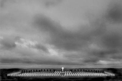 Las cruces del cementerio de Darwin donde están enterrados los soldados argentinos fallecidos en la guerra de las Malvinas.