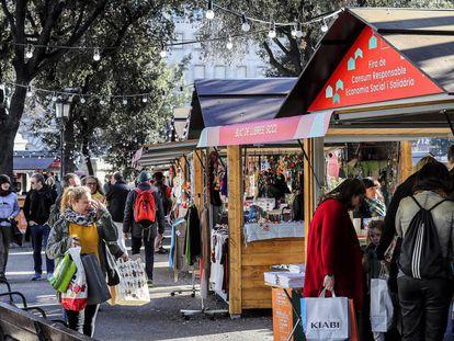 La Feria de Consumo Responsable de la plaza de Catalunya, ayer a mediodía.
