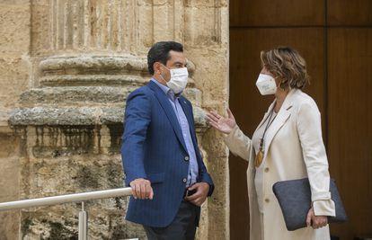 El presidente de la Junta de Andalucía, Juanma Moreno, conversa con la diputada socialista Susana Díaz, durante la primera jornada de sesión plenaria en el Parlamento de Andalucía, en pasado 15 de septiembre.
