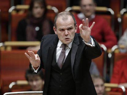 El director de orquesta François-Xavier Roth durante un concierto.